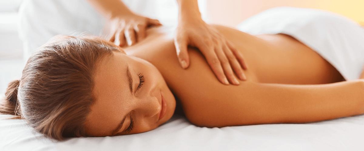 Frau bekommt Rückenmassage