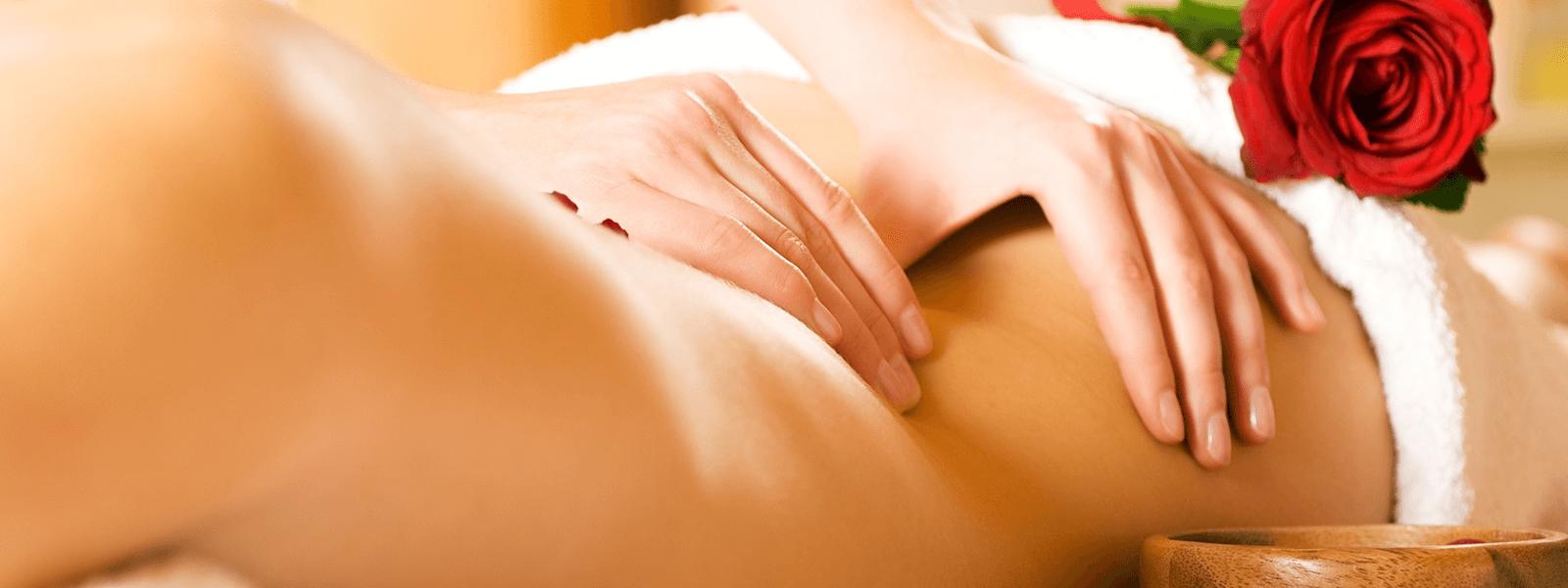 Frau entspannt bei einer Rückenmassage