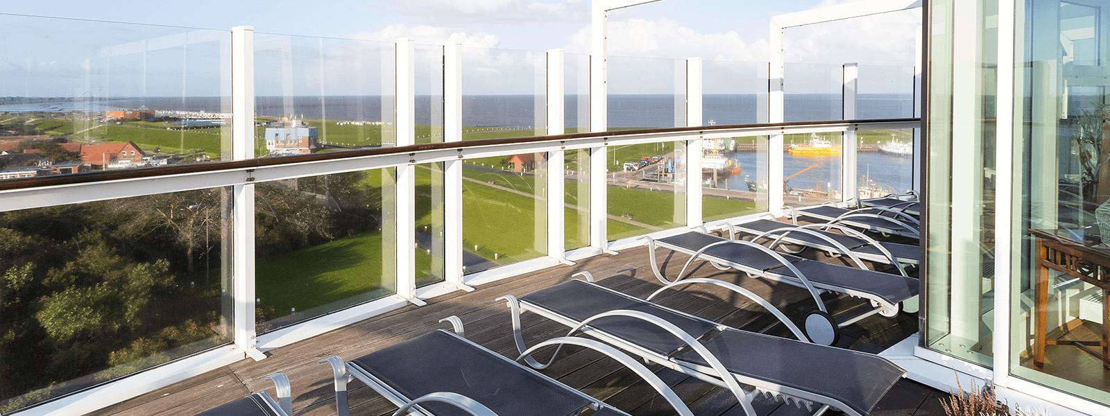 Sonnenliegen auf dem Sonnendeck mit Blick auf Deich und Wattenmeer