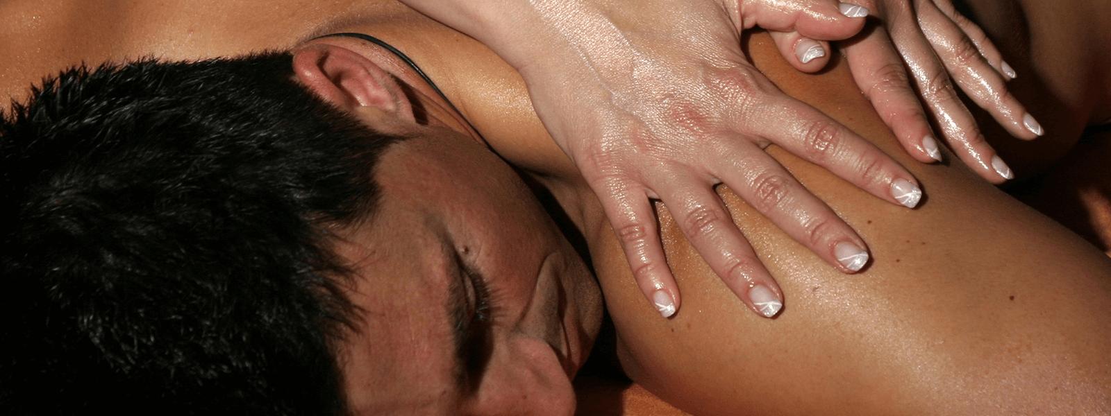 Mann entspannt bei einer Rückenmassage