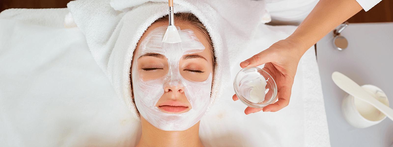 Frau bekommt Gesichtsbehandlung
