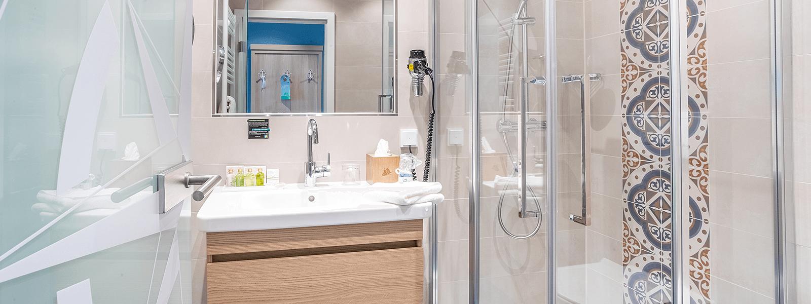 Blick ins Bad auf Waschbecken und Dusche