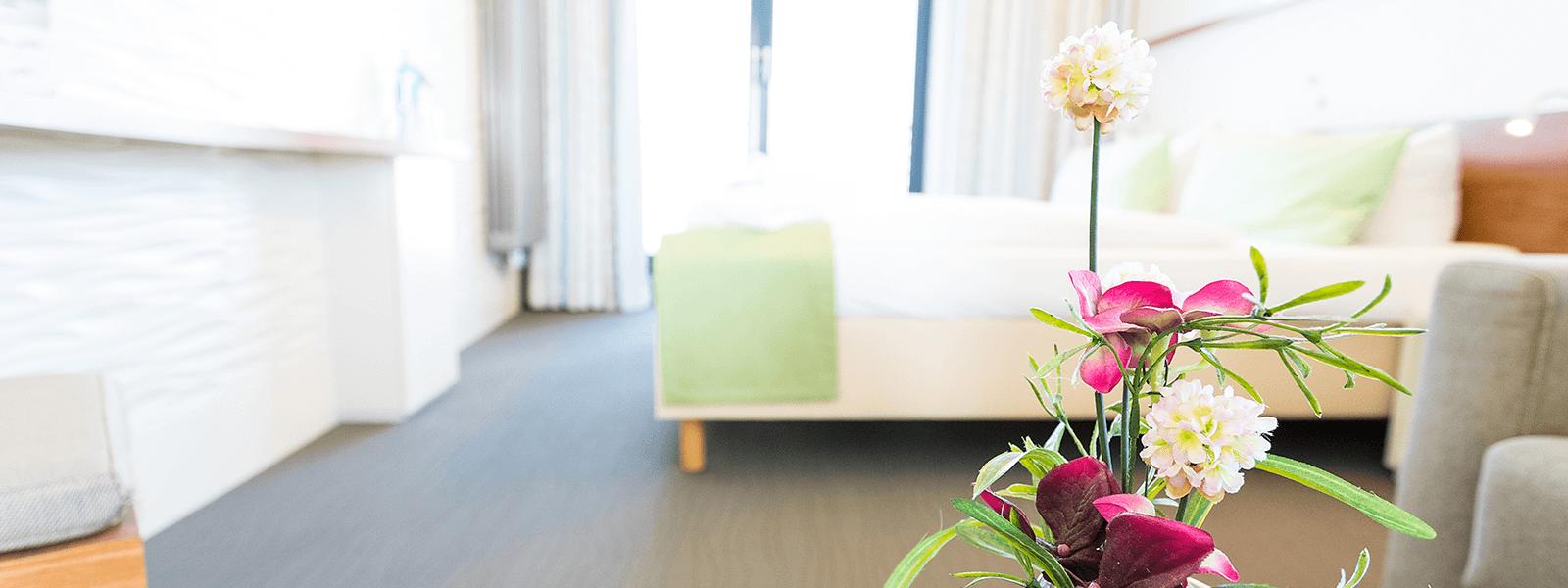 Blick ins Hotelzimmer mit Doppelbett