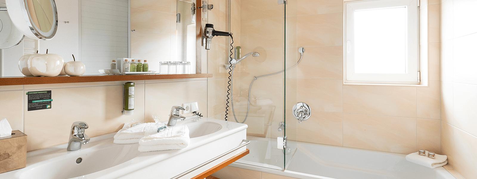 Blick ins Bad auf Waschbecken und Badewanne