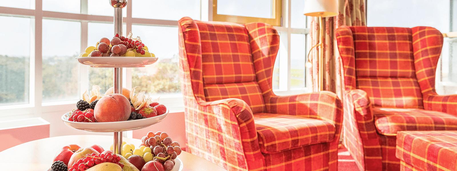 Blick auf den Wohnbereich mit bequemen Sesseln