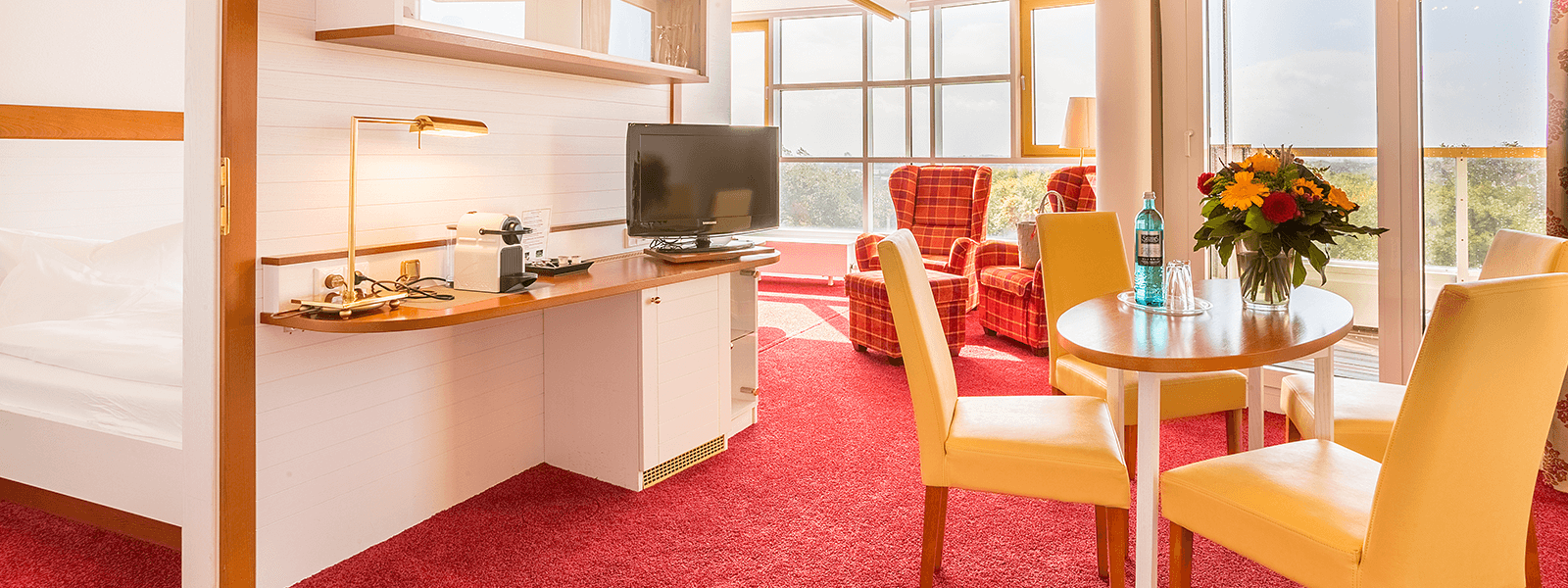 Blick auf den Wohnbereich mit Tisch und Stühlen