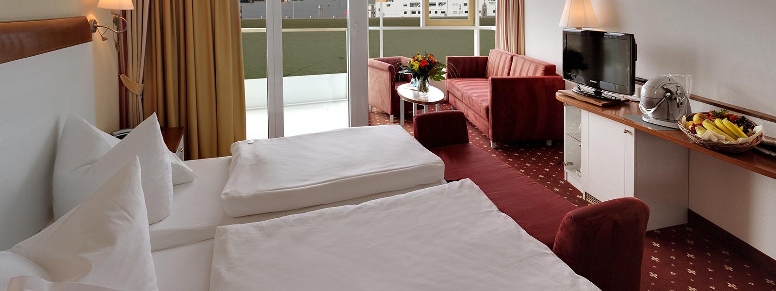 Blick ins Hotelzimmer im Westdeck mit Doppelbett