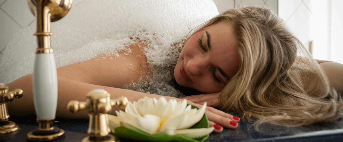 Frau entspannt bei einer Wellnessanwendung