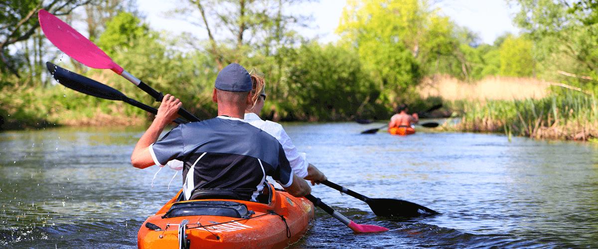 zwei Personen im Kajak beim paddeln