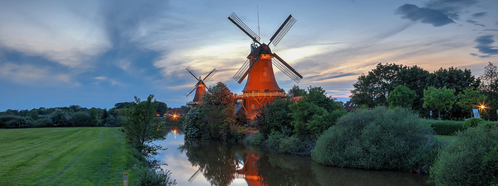 Blick auf die Greetsieler Zwillingsmühlen