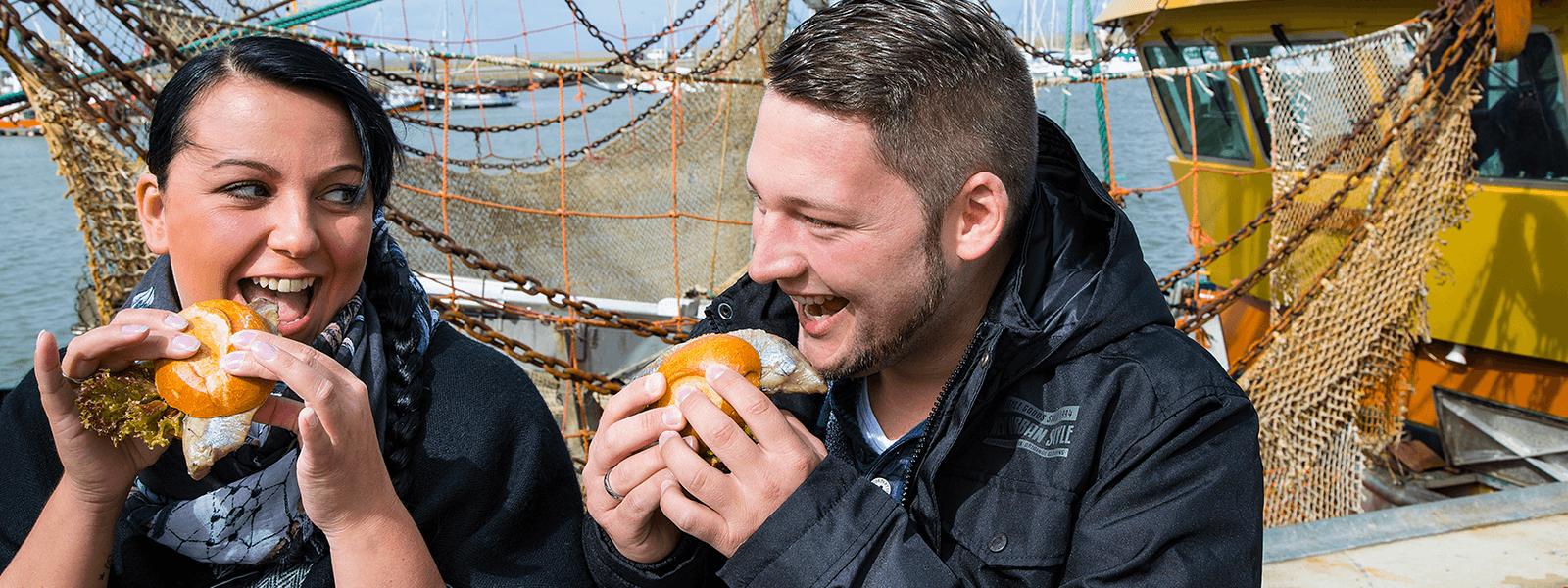 Pärchen genießt Fischbrötchen