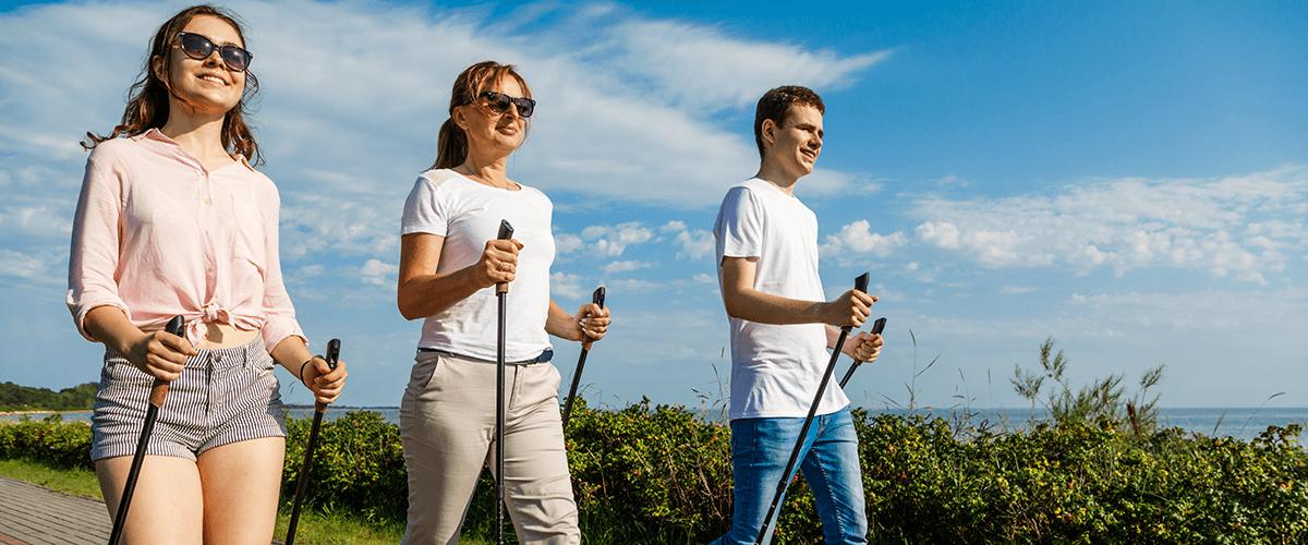 Drei Personen walken bei schönem Wetter