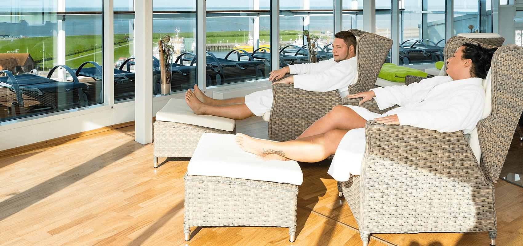 Pärchen ruht sich in bequemen Sesseln auf dem Wellnessdeck aus
