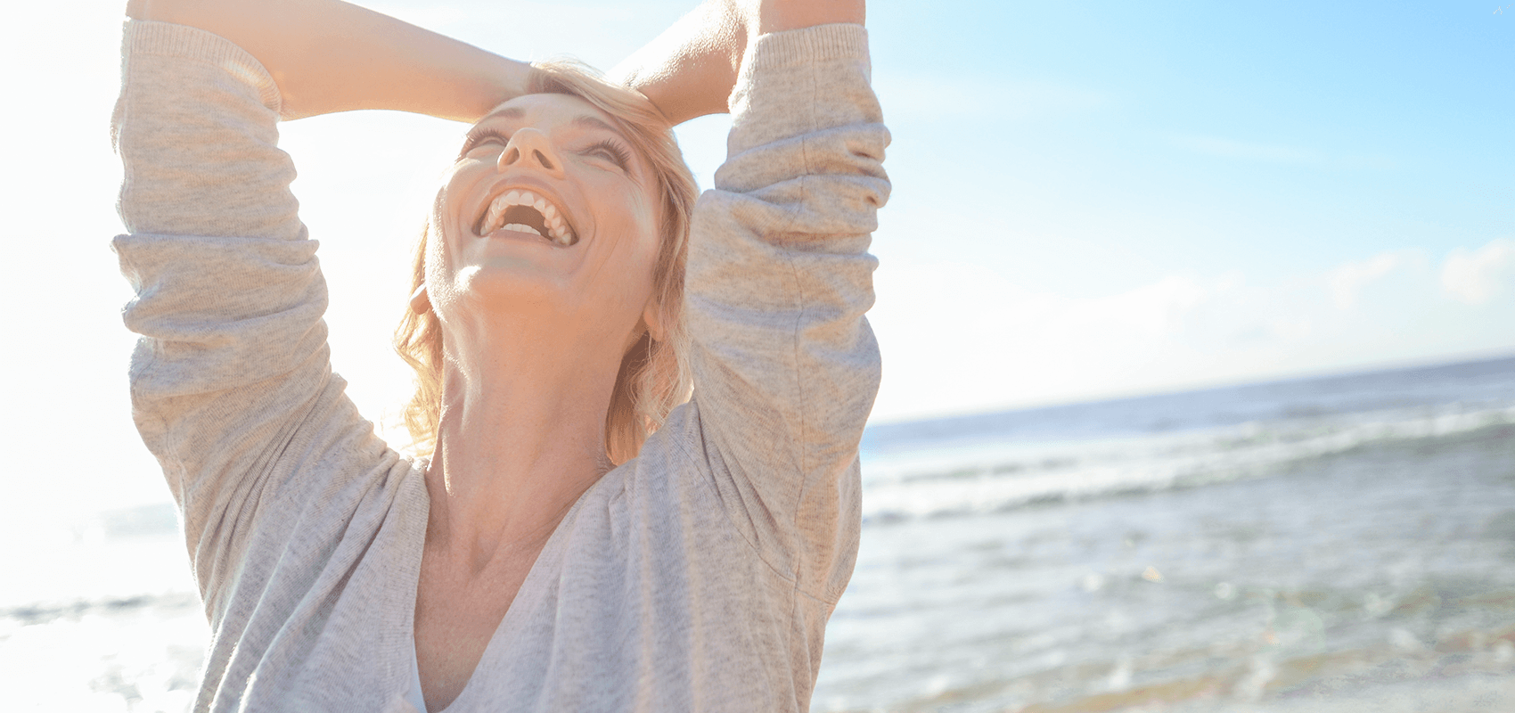 glückliche Frau an der Nordsee