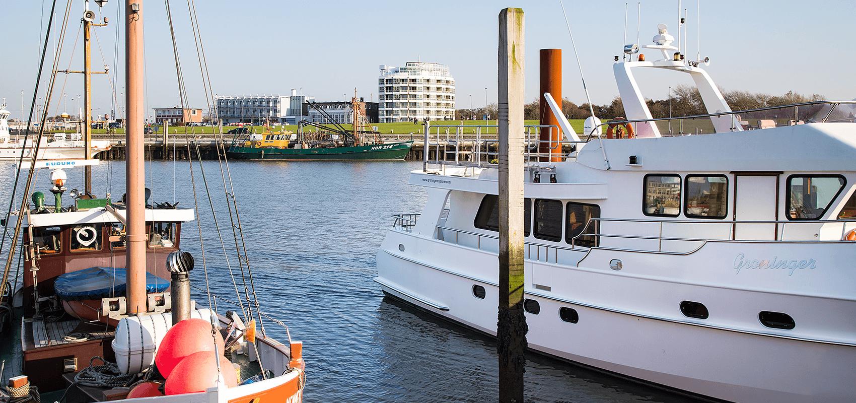 Blick vom Yachthafen über das Hafenbecken direkt auf das Fährhaus