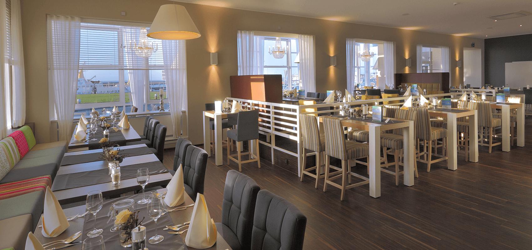 Blick in das Restaurant mit den bereits eingedeckten Tischen