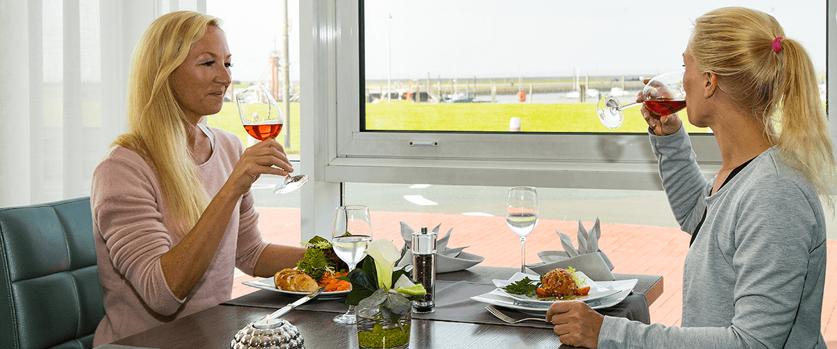 Freundinnen genießen gemeinsam ein schmackhaftes Mittagessen
