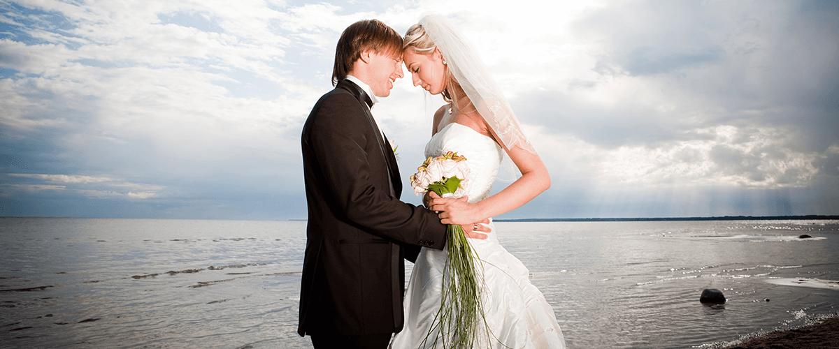 Glückliches Brautpaar an der Nordsee