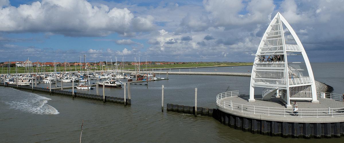 Blick auf den Juister Hafen mit seinem Seezeichen