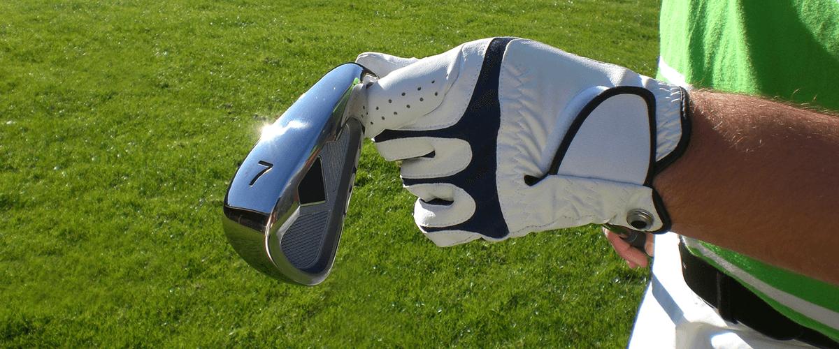 Person mit Golfschläger in der Hand