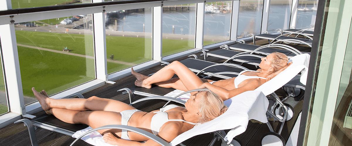Freundinnen sonnen sich gemeinsam auf dem Sonnendeck