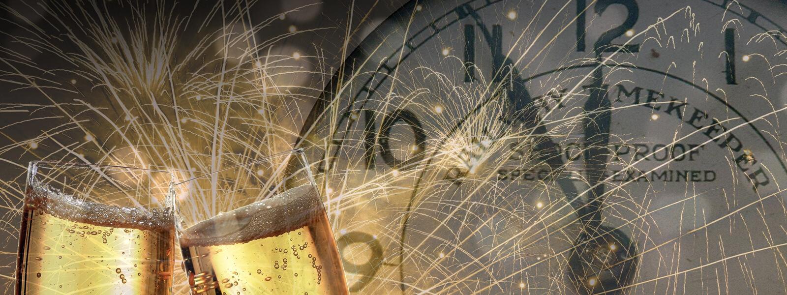 anstoßende Sektgläser im Hintergrund ein Feuerwerk und eine Uhr, die auf fünf vor zwölf steht